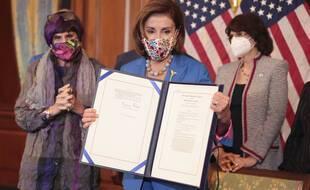Nancy Pelosi, la présidente démocrate de la chambre des Représentants, présente le texte qui a permis la prolongation du budget fédéral et ainsi d'éviter le fameux « shutdown ».