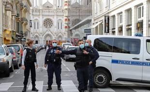 Des policiers gardent la rue menant à l'église Notre-Dame à Nice, ce jeudi.