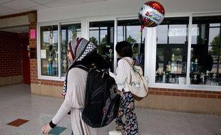 Des élèves musulmanes se rendent en cours dans un lycée du Maryland, en mai 2016.