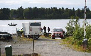 Les autorités suédoises interviennent sur le site où s'est crashé un avion de tourisme dimanche 14 juillet 2019, au nord de la Suède.