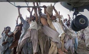 Des victimes des inondations s'accrochent à un hélicoptère de l'armée, dans la province pakistanaise du Pendjab, le 7 août 2010.