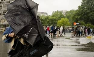 Pluie et vent fort au pied de la Tour Eiffel à Paris, le 30 mai 2016.
