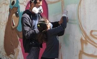 A l'école Aristide Briand de Lyon, les élèves réalisent une fresque participative lors des activités périscolaires du vendredi après-midi.