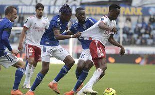 Liénard, Simakan et Aholou (de gauche à droite) peinent à retenir le Lyonnais Kadewere. Les Strasbourgeois ont encore commis beaucoup d'erreurs ce dimanche.