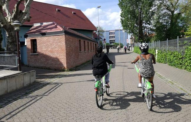 A la sortie du stade de la Meinau, les adultes en plein cours de vélo reprennent la route à Strasbourg.