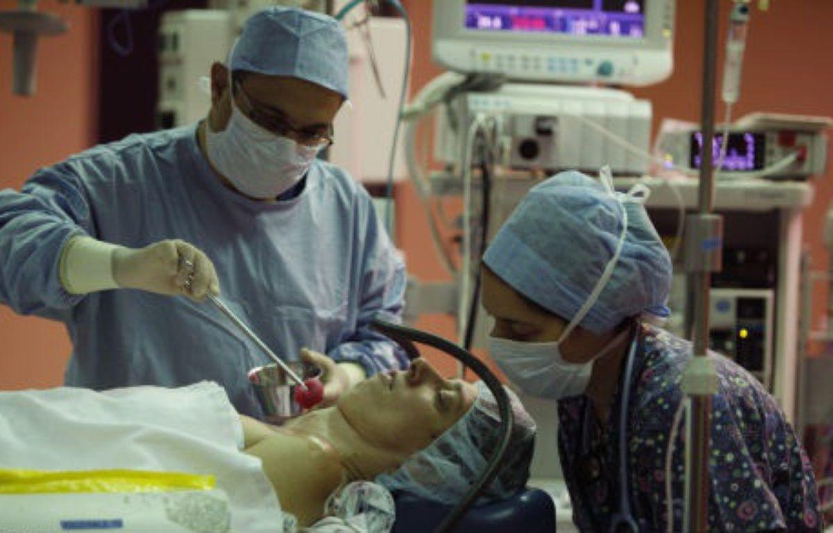 Illustration d'une séance d'hypnose dans un bloc opératoire.  – Virginia Mayo/AP/SIPA
