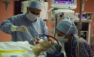 Illustration d'une séance d'hypnose dans un bloc opératoire.