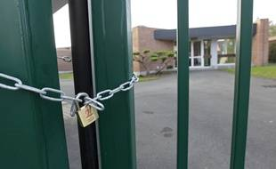 Le maire de Phalempin (59) Thierry Lazaro, a fait poser un cadenas sur la grille de l'école primaire Les Viviers