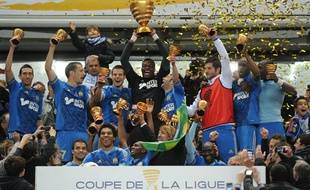 Les joueurs de l'OM soulèvent la Coupe de la Ligue, le 14 avril 2012