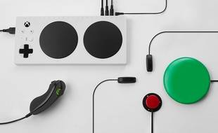 La manette Adaptive Xbox et ses nombreux périphériques, spécialement conçus pour les joueurs en situation de handicap