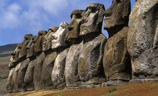 Les Moaï sont de géantes statue de pierre située sur l'île de Pâques en Polynésie mais appartiennent au patrimoine chilien.