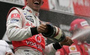 Lewis Hamilton célébre sa victoire en Chine le 19 octobre 2008.
