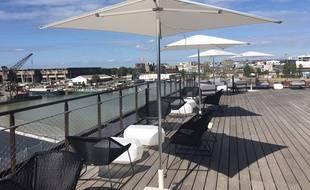 La terrasse du Wallace Bar au Radisson Blu Hotel, à Bordeaux,  donnant sur les Bassins à Flot.