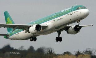 La Commission européenne, gardienne de la concurrence en Europe, a ouvert mercredi une enquête approfondie sur le projet d'acquisition de la compagnie aérienne irlandaise Aer Lingus par sa compatriote Ryanair.