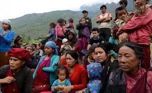 Des habitants du village de Sirdibas, à 250 km au nord-ouest de Katmandou, le 14 juin 2015