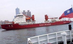 Le brise-glace chinois Xue Long dans le port de Taiwan le 1er avril 2009