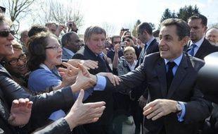 Une trentaine de militants du Front de gauche ont manifesté vendredi devant l'entrée de la salle de Besançon où Nicolas Sarkozy était en meeting, l'un d'entre eux étant interpellé à l'issue d'une bousculade, a constaté une journaliste de l'AFP.
