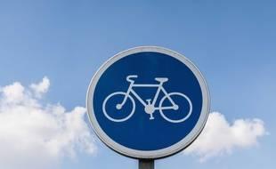 Un panneau de signalisation à destination des cyclistes.