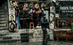 Un policier turc patrouille Diyarbakir, dans le sud de la Turquie, le 30 décembre 2015