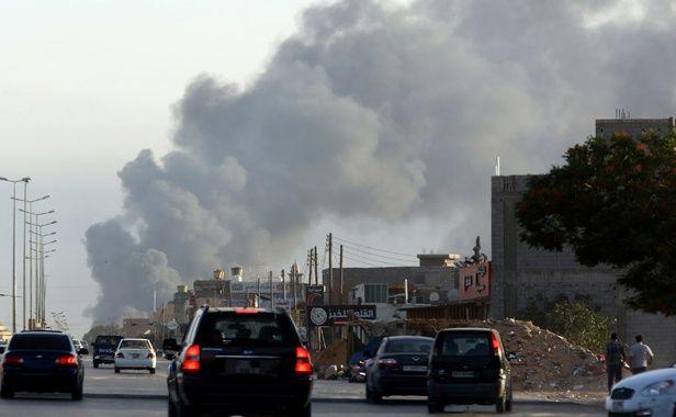 De la fumée s'élevait au dessus de la zone de l'aéroport de Tripoli le 24 juillet 2014