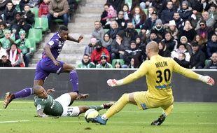 Le milieu de terrain du TFC Somalia bute sur le gardien de Saint-Etienne Jessy Moulin, le 14 janvier 2018 au stade Geoffroy-Guichard de Saint-Etienne.