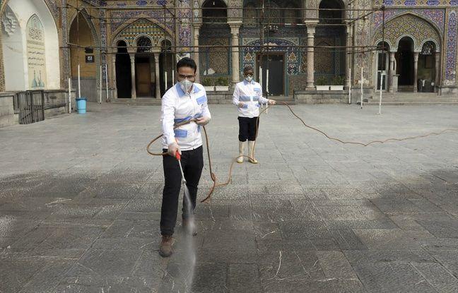 Des employés désinfectent le sanctuaire de Shah-Abdol-Azim, à Téhéran, le 7 mars 2020.
