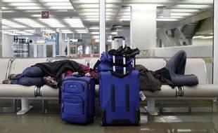 Des passagers bloqués à Orly en raison de la grève des contrôleurs, mardi 23février 2010.