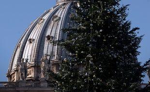 Les décorations de Noël sur un grand sapin devant la basilique St Pierre de Rome, le 17 décembre 2014.