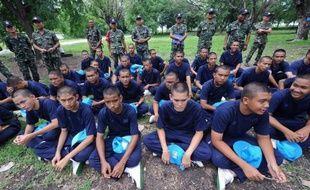 Sous le soleil écrasant d'un camp d'entraînement militaire du centre de la Thaïlande, des étudiants font des pompes en cadence. Formation des jeunes recrues? Non, encadrement musclé pour jeunes voyous.