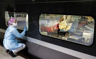 Un train médicalisé transportant des patients de Paris vers la Bretagne, le 1er avril 2020.