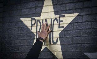 Une fan est venue rendre hommage à Prince le 21 avril en touchant cette étoile représentée sur le mur du First avenue, club de Minneapolis où a été tourné le clip de