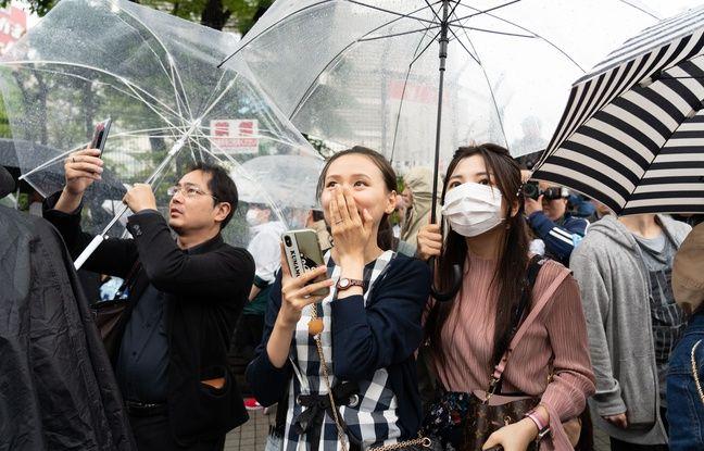 Dans les rues de Tokyo, des japonais suivent en direct la retransmission de l'abdication de l'empereur.