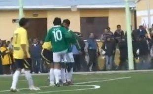 Evo Morales donne un coup de genou lors d'un match de foot, La Paz le 3 octobre 2010.