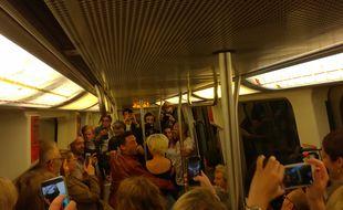 Sur le trajet de la ligne B du métro toulousain, Maxime Dereymez fait danser les usagers.