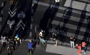 Des cyclistes place Bastille, le 9 juillet 2020.