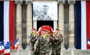 La République et l'institution militaire ont rendu un hommage lourd de chagrin à Pierre Schoendoerffer, cinéaste des guerres perdues et des héros défaits, le jour anniversaire de son parachutage à Dien Bien Phu et des accords d'Evian qui mirent fin à la guerre d'Algérie.