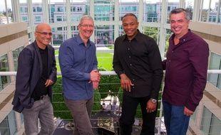 Les cofondateurs de Beats, Jimmy Iovine (gauche) et Dr Dre, aux côtés du patron d'Apple, Tim Cook et du vice-président en charge des services Internet, Eddy Cue.