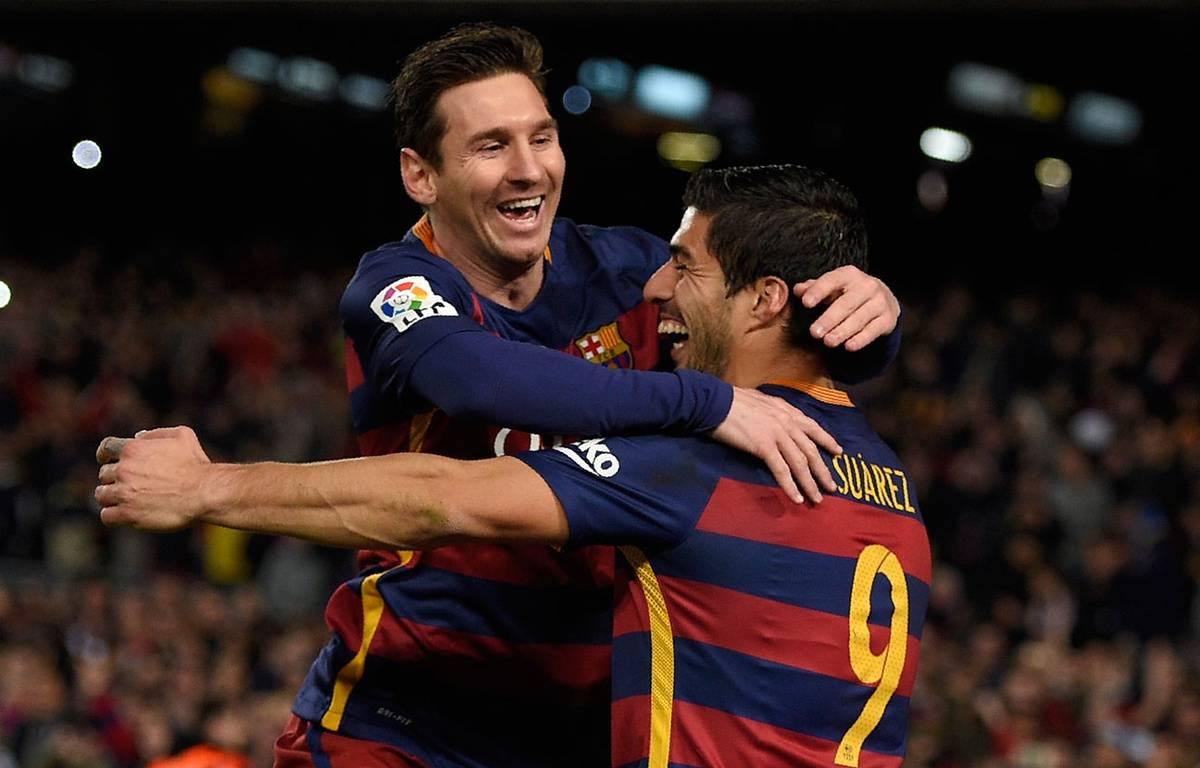 Lionel Messi fête un but avec Luis Suarez le 14 février 2016. – LLUIS GENE / AFP