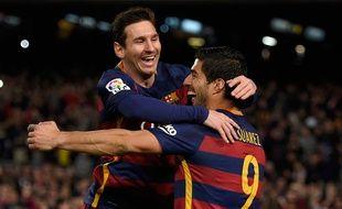 Lionel Messi fête un but avec Luis Suarez le 14 février 2016.