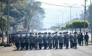 La police birmane à Mawlamyine, le 12 février 2021.