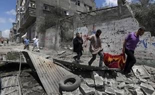 Des Palestiniens fuient le quartier de Chajaya, à l'est de la ville de Gaza, victime d'un bombardement israélien meurtrier, le 20 juillet 2014.