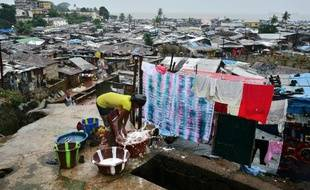 Une femme dans le bidonville de Kroo, à Freetown, en Sierra Leone, le 13 août 2013