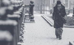 Une femme marche dans le froid. Photo d'illustration.