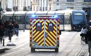 Pompiers sur les voies du tramway à Bordeaux