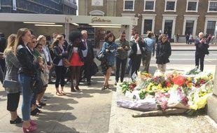 Londoniens et touristes s'arrêtent pour rendre hommage aux victimes de l'attentat de Londres près du London Bridge