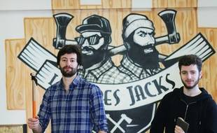 Adrien (à gauche) et Grégoire Tron, ont lancé Les Frères Jacks à Pessac, une nouvelle activité de... lancer de hache.