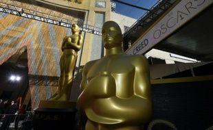 Les statuettes des Oscars à l'entrée du Dolby Theater le 27 février 2016 à Hollywood