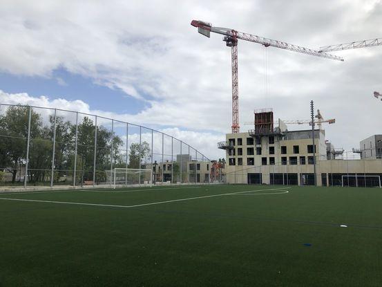 Un terrain de football de niveau 5 fait partie des équipements sportifs.
