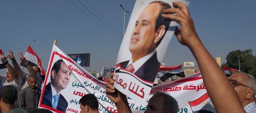 Des partisans du président égyptien Abdel Fattah al-Sisi se sont rassemblés près du mémorial des soldats inconnus dans le quartier oriental de Nasr City, au Caire,  le 27 septembre 2019.