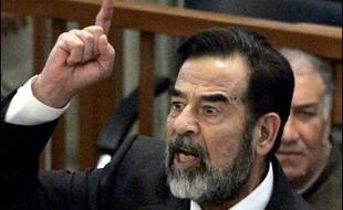 Saddam Hussein et ses sept co-accusés sont jugés pour le massacre de 148 villageois chiites après une attaque du cortège présidentiel en 1982 à Doujaïl, au nord de Bagdad. Ils risquent la peine de mort mais plaident non coupables.
